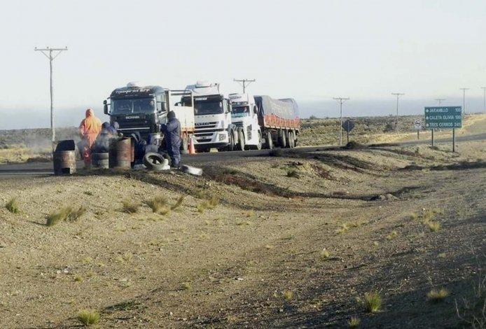 La ruta Nacional 281 que llega a Puerto Deseado permanecía bloqueada hasta avanzada la tarde de ayer.