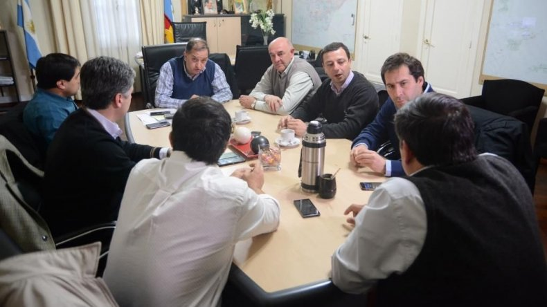 La reunión que se celebró ayer en el municipio y que permitió destrabar el conflicto.