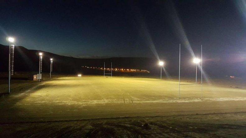 Chenque RC tiene iluminación en su cancha desde el último sábado.