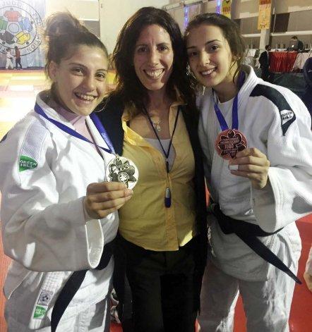 Gimena Laffeuillade (izquierda) junto con la técnica Daniela Krukower y la judoca Sola Cellerino.