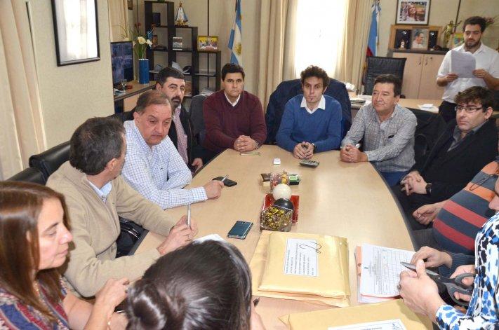 En el despacho del jefe comunal se conocieron las ofertas para la realización de una nueva obra en barrio centro.
