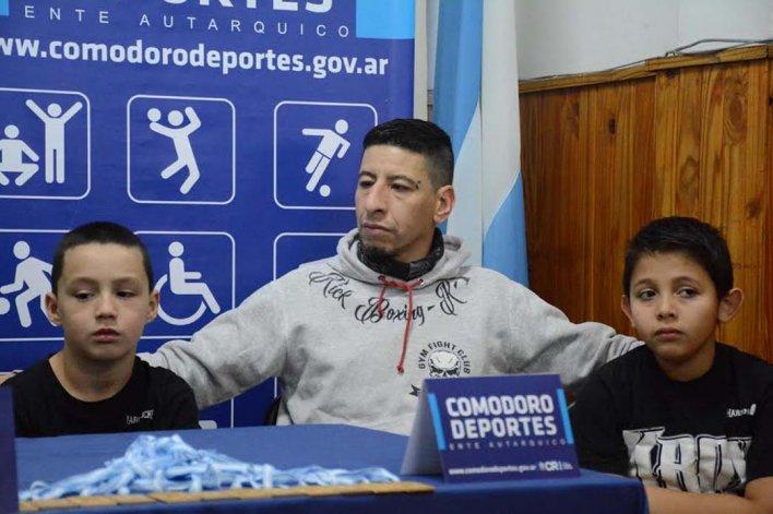 Darío Achaval junto a dos de los chicos de kick boxing de iniciación.