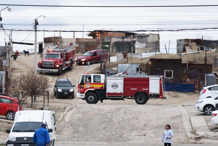 Madre y dos niños quedaron con lo puesto al incendiarse su casa