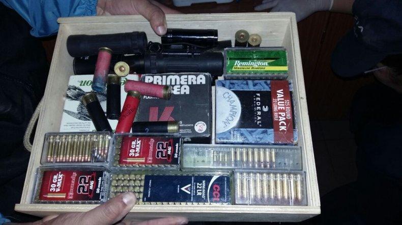 En uno de los allanamientos se encontraron en un domicilio cajas con 800 municiones de distinto calibre.