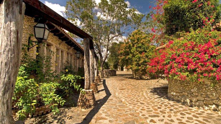 Parece increíble que esta aldea con aires europeos se encuentre en la exuberante República Dominicana.