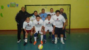 Uno de los equipos que participa del torneo de fútbol de salón que organiza el Sindicato Petrolero Jerárquico en Caleta Olivia.
