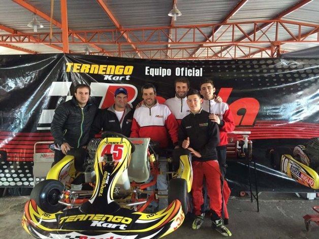 Pablo Soetbeer y Renzo Blotta junto al equipo Borda Racing en Zárate.