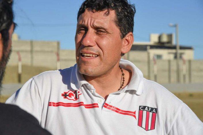 Orlando Portalau busca completar el plantel de Ameghino con futbolistas del ámbito local.