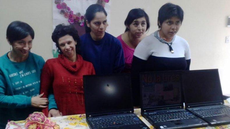 El grupo Proyecto Puente donó computadoras para alumnos con necesidades educativas especiales