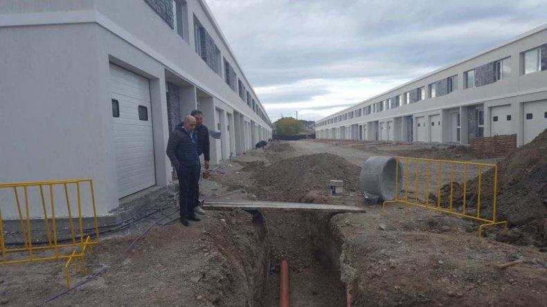 La recorrida de José Llugdar por el plan de viviendas que la mutual del gremio construye en Kilómetro 5.