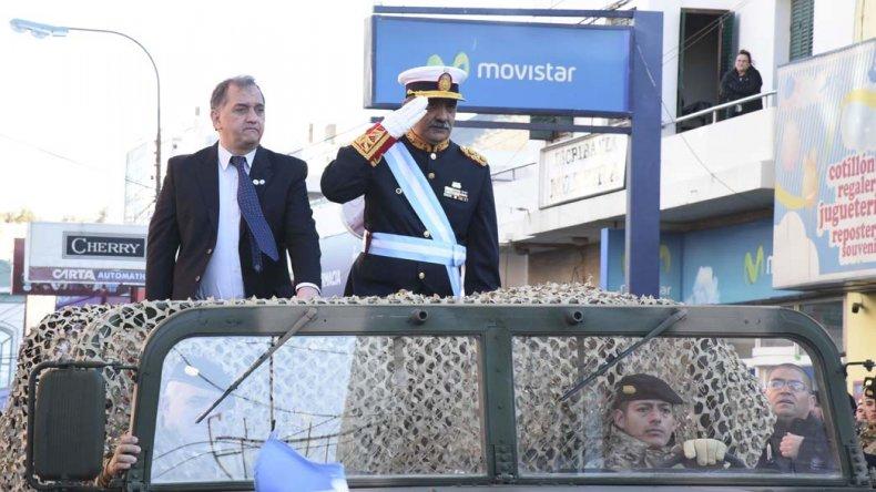 El intendente Carlos Linares y el general Daniel Varela pasaron revista antes del desfile.