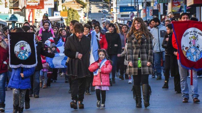 La ciudadanía se volcó a las calles.Durante más de dos horas se vivió el desfile de escuelas