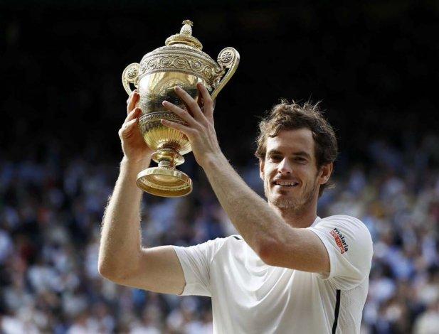 Andy Murray con su segundo trofeo de campeón de Wimbledon.
