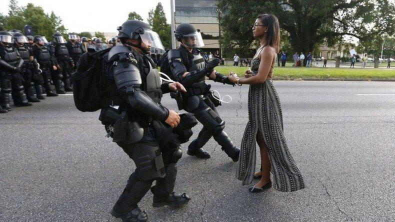 Foto de una mujer negra que se enfrenta sola a policías recorre el mundo