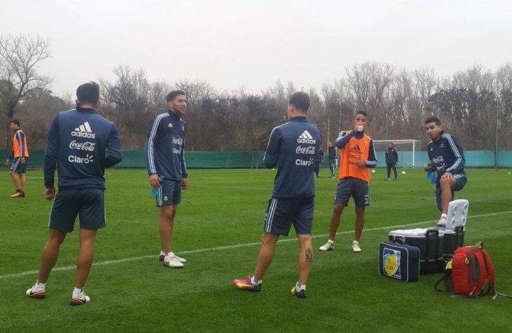 Los jugadores de la selección argentina se refrescan durante un descanso en el entrenamiento de ayer en Ezeiza.