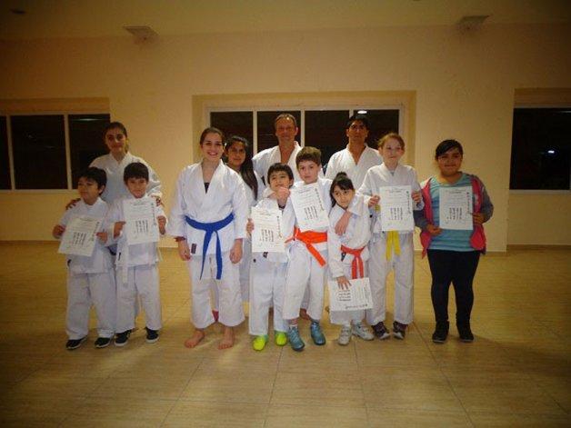 Los pequeños karatecas junto a Claudio Jurado y la profesora Tania Cabello.