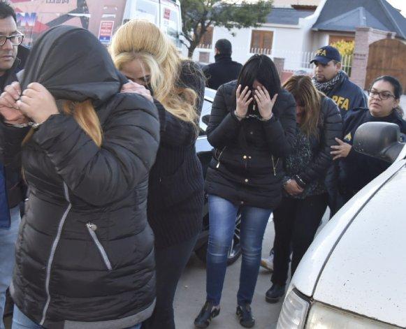 Las mujeres detenidas fueron trasladadas con fuerte custodia de la Policía Federal desde Comodoro a Caleta Olivia para prestar declaración indagatoria ante la juez Marta Yáñez.