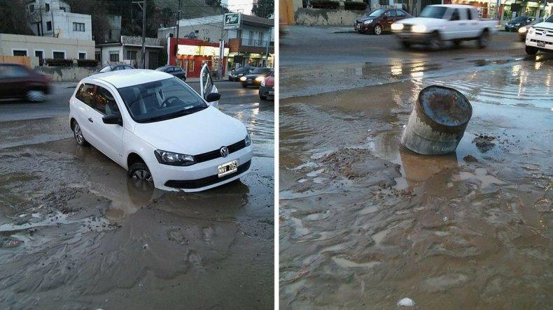 A la izquierda el automóvil atrapado en el pozo. A la derecha el tacho que dejaron los vecinos para que no vuelva a suceder. Foto: Verónica vía Whatsapp.