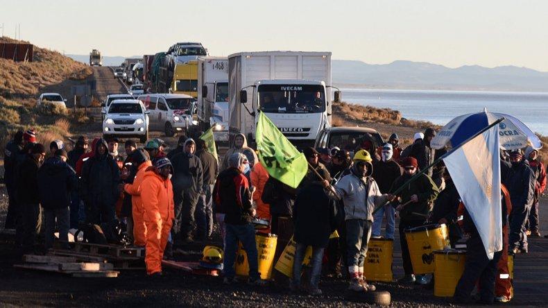 Los desocupados de la construcción volvieron ayer a manifestarse en el acceso nortae de Caleta. Protagonizaron cortes intermitentes por cinco horas.