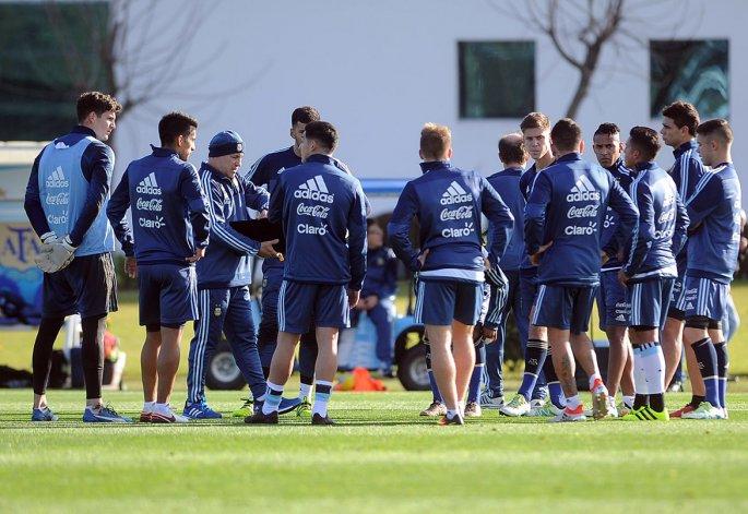 Julio Olarticoechea junto con los jugadores de la Sub 23 y algunos de la Sub 20 ayer en el predio que la AFA posee en Ezeiza.