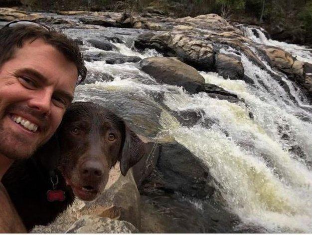 Le diagnosticaron cáncer a su perro y lo llevó a unas vacaciones de despedida