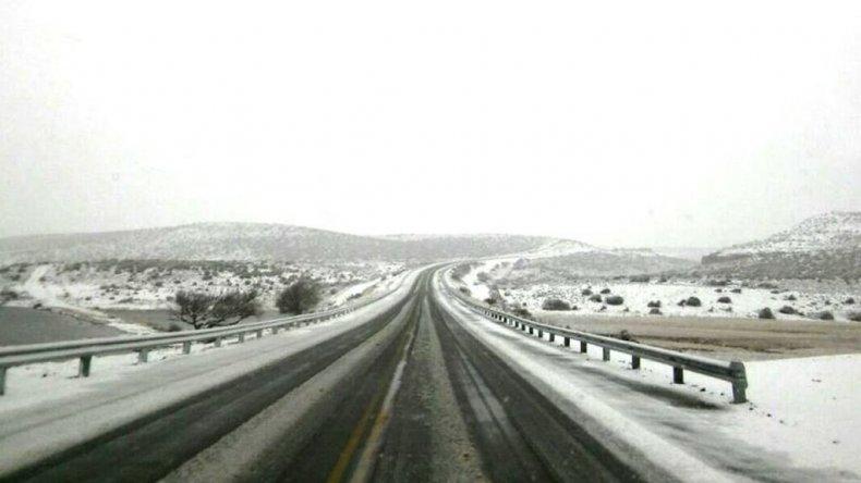 Así se encuentra ahoraRuta 40 empalme con Ruta 26. Río Mayo: Calzada con nieve