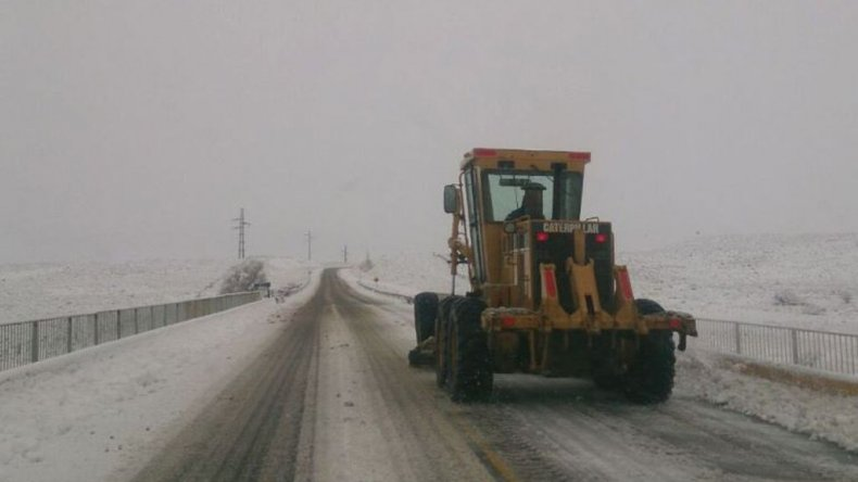 La Ruta 40 empalme con Ruta NN259. En Leleque la calzada se encuentra con nieve. Transitar con extrema precaución.