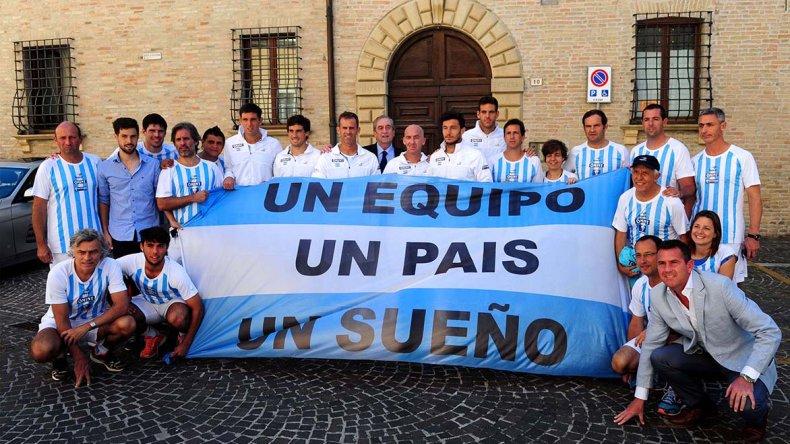 El equipo argentino de Copa Davis posando ayer en la ciudad italiana de Pesaro.