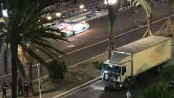 Un camión embistió a la multitud durante un festejo en Francia.