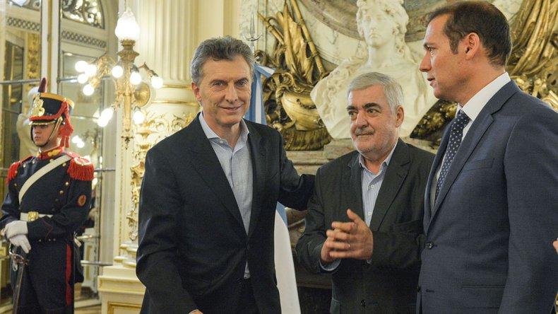 El gobernador de Chubut Mario Das Neves junto al presidente Mauricio Macri y al gobernador de Neuquén