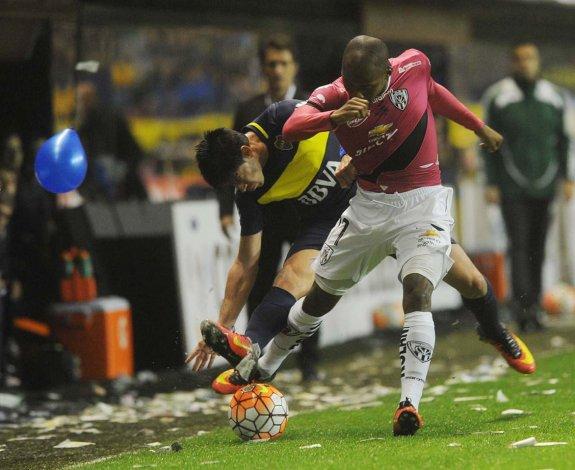 Bryan Cabezas disputa el balón con Pablo Pérez en el partido jugado anoche en La Bombonera.
