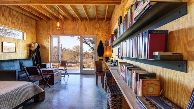 El interior del espacio está forrado de pared a pared con madera contrachapada y la creación intenta ser una idea minimalista.