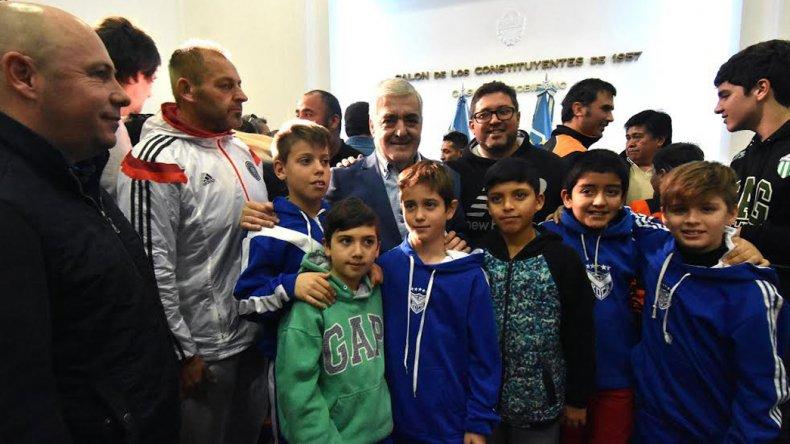 El gobernador junto a un grupo de chicos durante el acto que se celebró ayer en horas de la mañana en Casa de Gobierno
