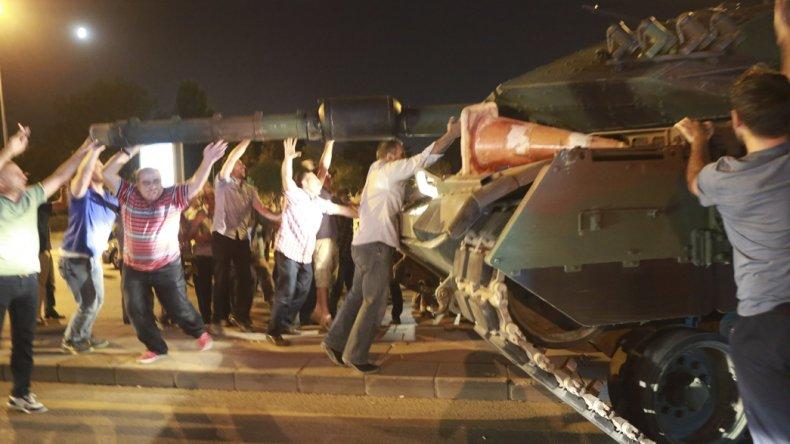 La población civil salió a la calle a frenar el golpe militar lanzado en Turquía.