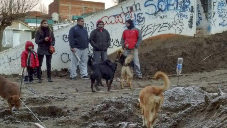 Los habitantes de Laprida se movilizaron ayer al ver que los trabajadores de la empresa contratista habían llegado para continuar con las excavaciones.