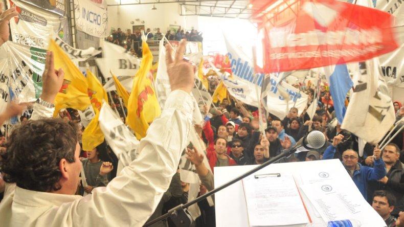 Carlos Martínez al encabezar la presentación de la Lista Blanca ayer en Comodoro Rivadavia.