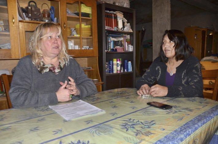 A Iryna Lukyanchuk le llegó una factura de electricidad por más de 6.000 pesos. En la imagen está acompañada por la referente vecinal de la Fracción 14