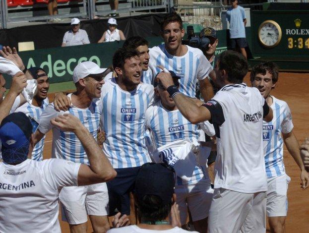 El festejo de todo el equipo argentino de Copa Davis ayer en la ciudad italiana de Pesaro.