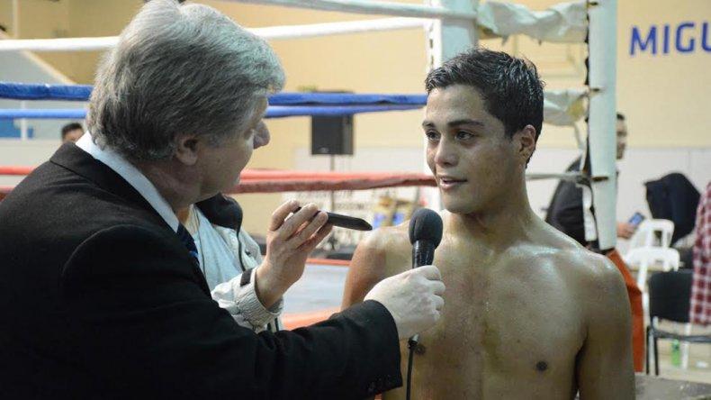 Carlos Santana entrevistado por el periodista Osvaldo Príncipi en el gimnasio municipal 1.