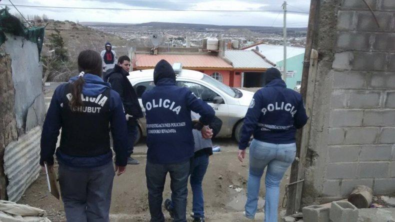 La Brigada de Investigaciones se lleva detenido a Juan Julio Serrano de un domicilio del barrio Abásolo.