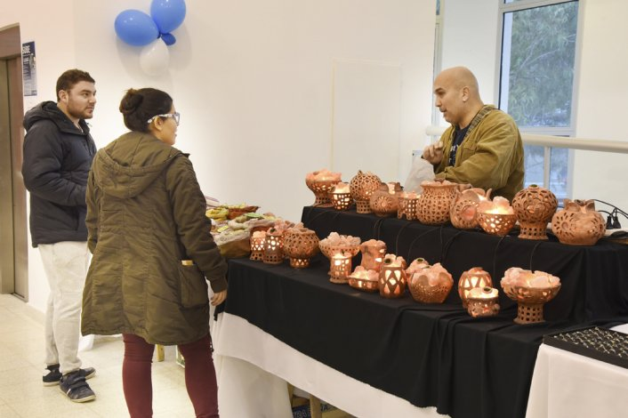La Feria de la Asociación de Artesanos de Comodoro Rivadavia y su Comarca atrajo a una gran cantidad de público durante el fin de semana en el Centro de Información Pública.