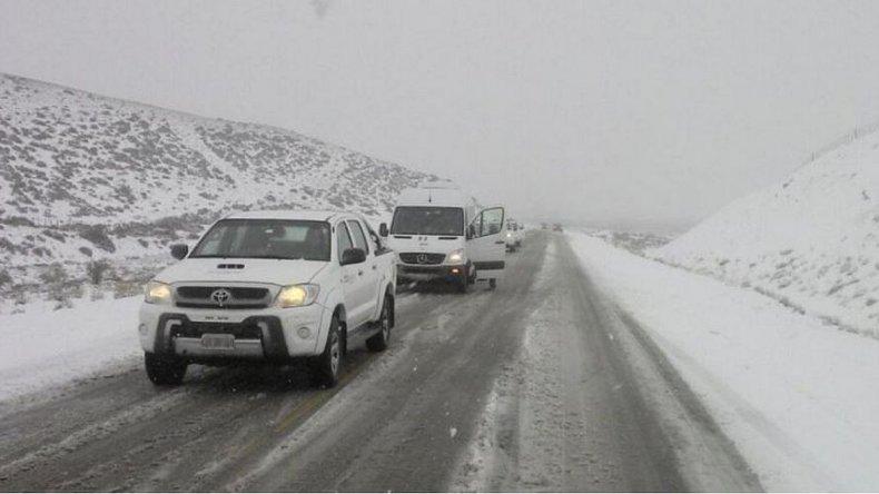 Nieve en las rutas: así quedaron varados autos y camionetas