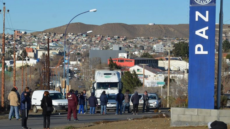 Un reducido grupo de trabajadores municipales bloqueó ayer la rotonda ubicada frente a la playa de tanques petroleros de Termap.