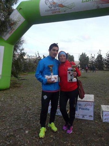 Joaquín Arbe y Rosana Calderero posan con sus trofeos de ganadores de la prueba Día del Amigo.