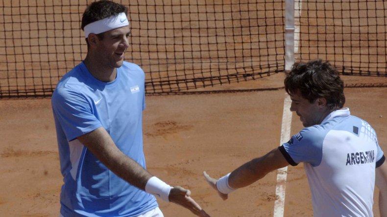Juan Martín Del Potro se saluda con Guido Pella en el partido de dobles que Argentina le ganó a Italia en Pesaro.