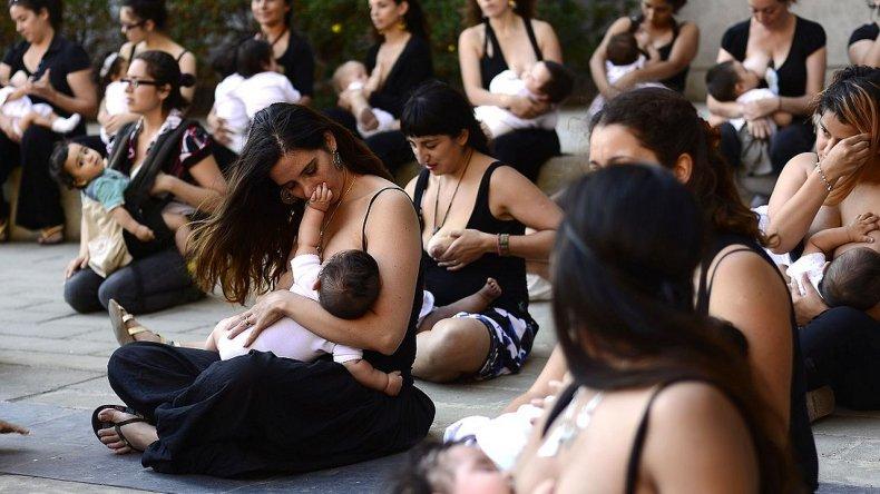 Teteada en apoyo a la mujer que le impidieron amamantar en público