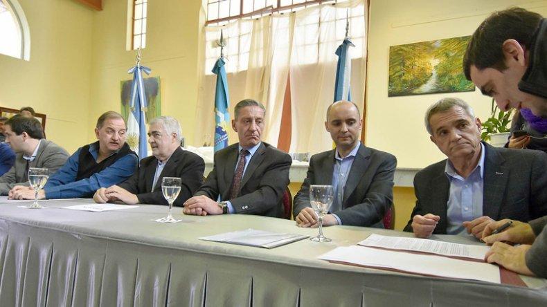 El gobernador encabezó un acto para la firma de contratos y actas compromiso por una inversión de $409 millones.