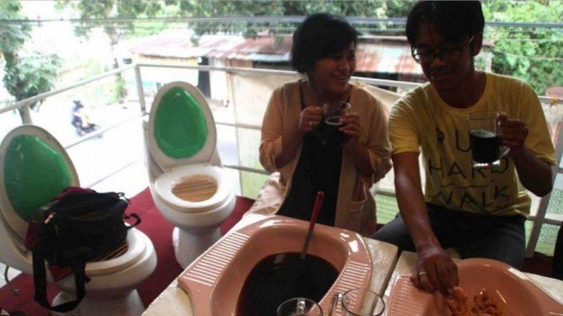 Un restaurante indonesio sirve la comida en letrinas