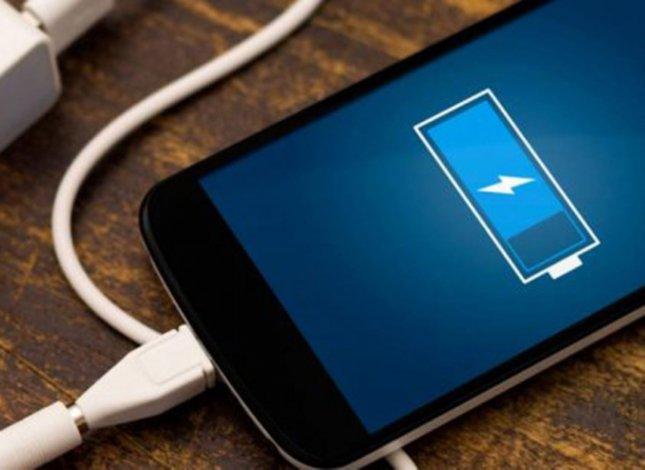 ¿Cómo cargar un celular y conservar su batería?