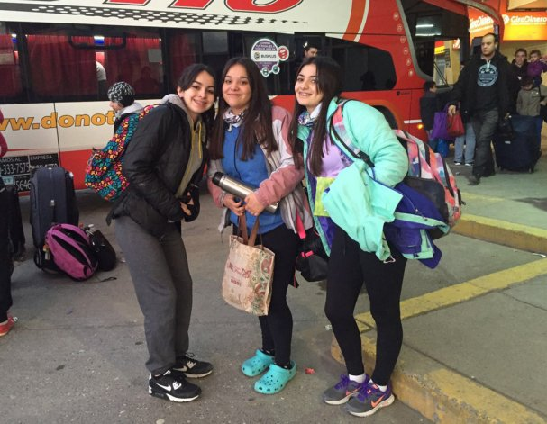 Las jugadoras sarmientinas salieron ayer de la terminal de Comodoro para sumarse a la preselección Sub 16 argentina de waterpolo.